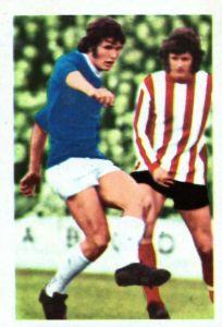 -#181- EVERTON TOPPS-FOOTBALL MICK LYONS RED BACK 1977